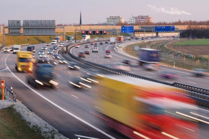 starkbefahrene Autobahn zur Verdeutlichung von Verkehrslärm