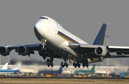 Start eines Flugzeugs zur Verdeutlichung von Verkehrslärm