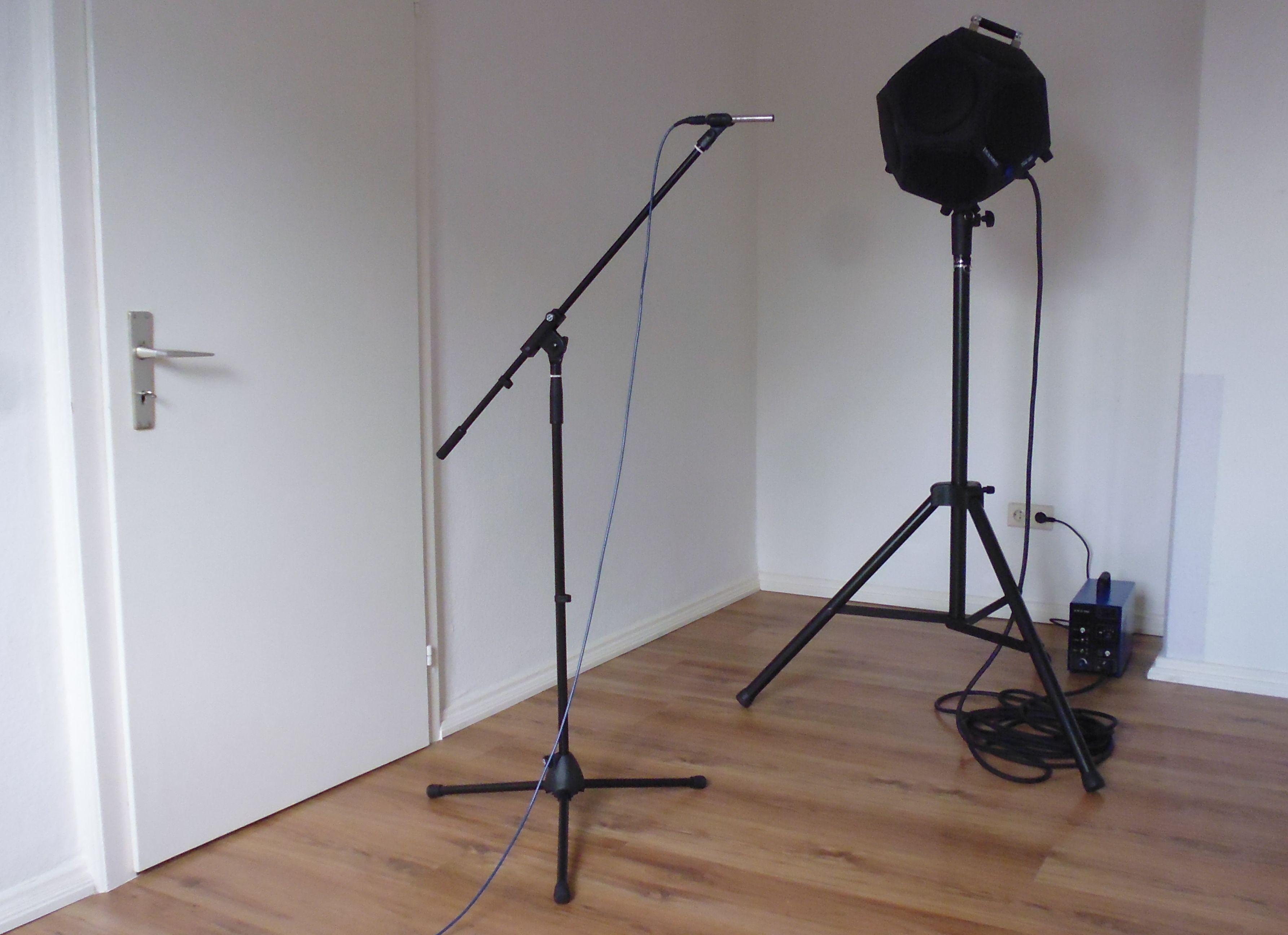 Raum mit verschiedenen Messgeräten zur Schallmessung